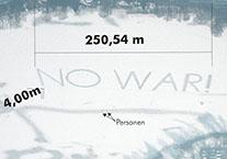 Projekt 250m breiter Schriftzug no war auf Eisfläche