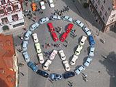 Projekt Nachbildung des VW-Logo aus 31 VW Käfern