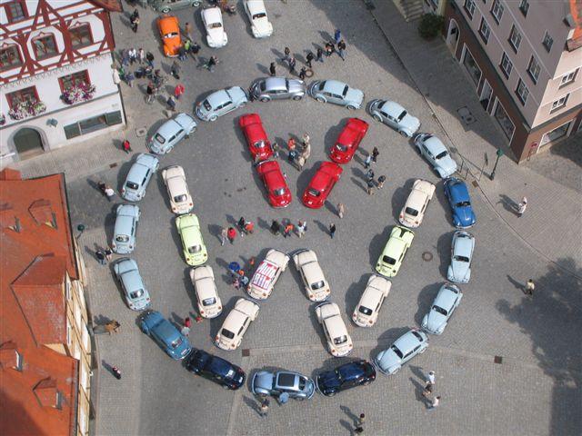 jede Füllung - VW-Logo aus 31 VW-Käfer